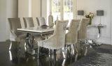 クリーム色のビロードファブリック椅子が付いている現代アイボリーのクリーム色の大理石の上のAriannaのクロムダイニングテーブルのステンレス鋼