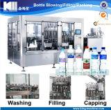 Máquina de embotellado automática llena del agua