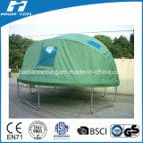 خيمة خضراء مع نابذة لأنّ [ترمبولين] كبيرة