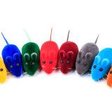ゴム製ペットはシミュレーションおもちゃをしているピカピカのマウス猫をもてあそぶ