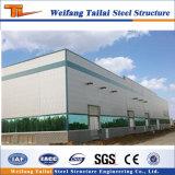 Costruzione della struttura d'acciaio per il gruppo di lavoro della centrale elettrica, magazzino