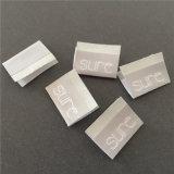 2.5*3.8cm personalizada fondo gris claro con letras blancas plegado central etiquetas tejidas