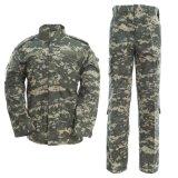 Los hombres de uniforme militar de camuflaje de la ACU