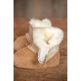겨울 유아 단화가 양가죽 아기에 의하여 구두를 신긴다