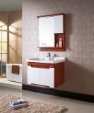 Governo di stanza da bagno fissato al muro di stile rurale di Household&Hotel