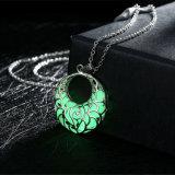 De gesneden Lichte Halsband van de Bloem om de Zilveren Geplateerde Lichte Halsband van Vrouwen Pendnat