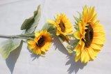 La falsificación amarilla del girasol florece las flores artificiales para la decoración casera de la boda