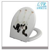 Ein Druckknopf-Toiletten-Sitzdeckel mit Hundemuster