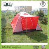 キャンプする6p Igluの二重層テントをハイキングする