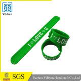 L'usine conçoivent directement le bracelet en fonction du client de claque en caoutchouc de silicones