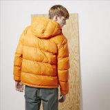Длинние втулки замыкают накоротко куртку для одежд человека