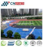 La gomma esterna dei campi da pallacanestro mette in mostra la pavimentazione