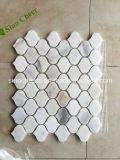 砥石で研がれた自然な石造りのCalacattaの白い大理石の葉のモザイク模様