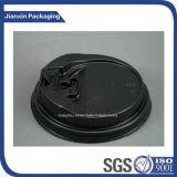 黒く使い捨て可能なプラスチックコーヒーカップのふた