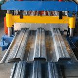 Fazendo a plataforma de assoalho do material de construção da máquina rolar dando forma à máquina