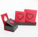 Красные коробки ювелирных изделий формы сердца