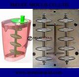 Brocca di acqua di plastica con la muffa del miscelatore