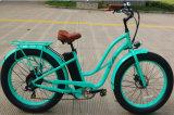 Bici elettrica della gomma della donna dell'incrociatore grasso della spiaggia