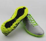 フットボールは人のサッカーの屋内Futsalの靴を起動する