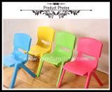 Studie sitzt preiswerte Kind-Plastiktischen und Stuhl-Vortrainings-Stühlen vor