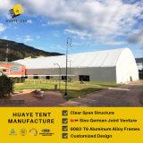 Большой алюминиевый шатер полигона для спортивного мероприятия