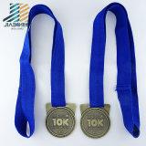 亜鉛合金によって型抜きされる柔らかいEname Debossの記念品のカスタムサッカーメダル