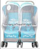 Doppelbaby-Spaziergänger mit zwei Babys
