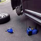 충격 렌치와 공기 펌프를 팽창시키기로 놓이는 파란 색깔 다기능 전차 잭
