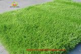 Plástico barato verde césped alfombra por un paisaje