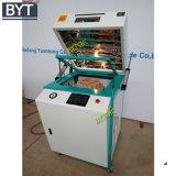 A máquina grava o vácuo automático acrílico que dá forma à máquina