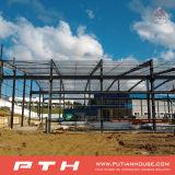 El profesional diseñó el edificio de la estructura de acero para el taller/el almacén