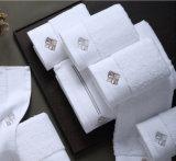 100%年綿の鉱泉のホテルの白く明白な染められた表面タオル、浴室タオルの