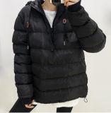 De las señoras del invierno de la capa chaqueta al aire libre abajo