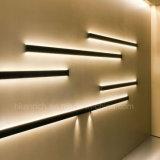 El doble echó a un lado emitiendo la luz linear del listón del LED para de interior