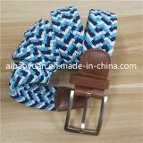 方法実行中の軽い青緑色ヤーン編みこみのストラップベルト
