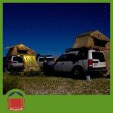 キャンプ車の屋外4WD屋根の上のテント