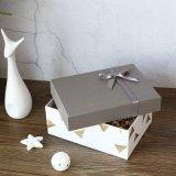 В подарочной упаковке бумаги, картона для приготовления чая и бумаги с лентой