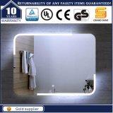 Salle de bains de logement éclairée à contre-jour allumant le miroir
