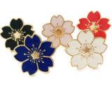La solapa hermosa de la flor de la decoración fija la divisa con la hebilla de la mariposa