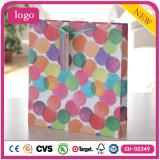 Colorear la bolsa de papel del regalo de la ropa de moda del modelo de PUNTO de polca