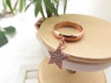 ローズの金張りの女性のためのめっきされた星の吊り下げ式の銅質のリング