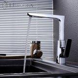 単一のハンドルのデッキは水セービングの浴室のコックのアクセサリの真鍮の蛇口を取付けた