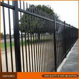 黒色火薬の上塗を施してある管状の錬鉄の塀