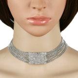 O diamante grande da forma perla a colar dos elementos do feixe