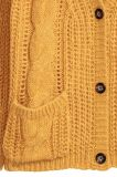女性のボタンが付いている重い冬のセーターのカーディガン
