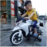 La conduite à piles de bébé sur la moto de véhicule de jouet badine la motocyclette