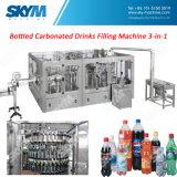 機械に炭酸飲料のびん詰めにするラインをする清涼飲料