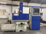 CNC que trabaja a máquina la máquina de la descarga eléctrica