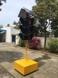Высокий светящий солнечный красный проблескивая предупредительный световой сигнал движения