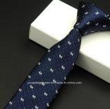 新式の方法人のネクタイ